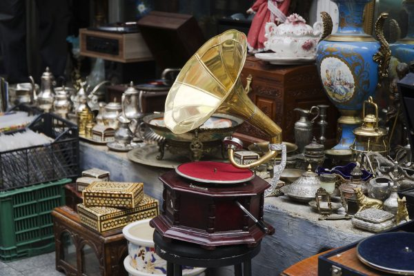 Fine-art---gramophone-on-antique-market---593316396