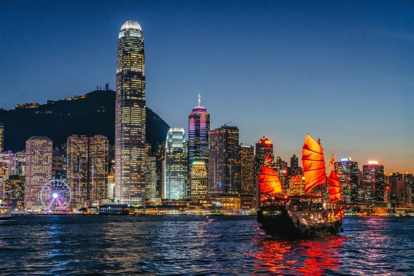 Hong-Kong---Dragon-boat-in-port-at-night---629604122